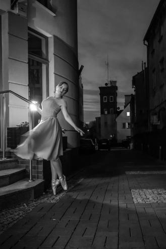 2020 ZIELONA GORA Ola Dudziak baletnica w miescie baletnica w oknie baletnica na ulicy ballerina in the street ballet ballerina project tancerka balet ballerina in the city nocne filharmonia sad ul. jednosci ul. reja zaulki FOT. PAWEL JANCZARUK / WueF